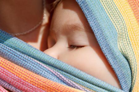 schlafendes Baby im Tragetuch