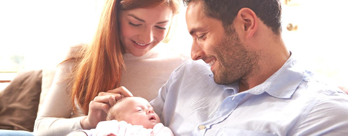 Mutter und Vater mit Neugeborenem Kind
